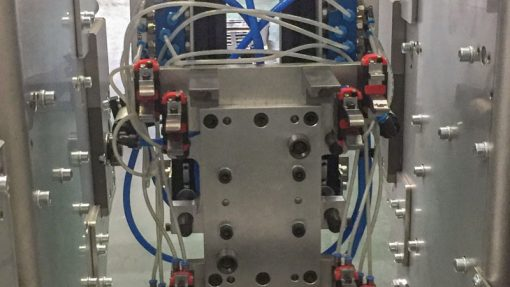 Stahlwellen vorwärmen und in Spritzgussmaschine einlegen